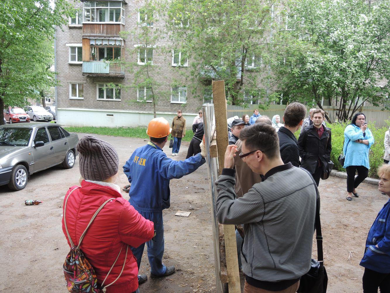 Пик противостояния между жильцами и общественными активистами с одной стороны и строителями и работниками ЧОП — с другой в мае 2015 года. Фото из архива ©«ДЕНЬ.org»