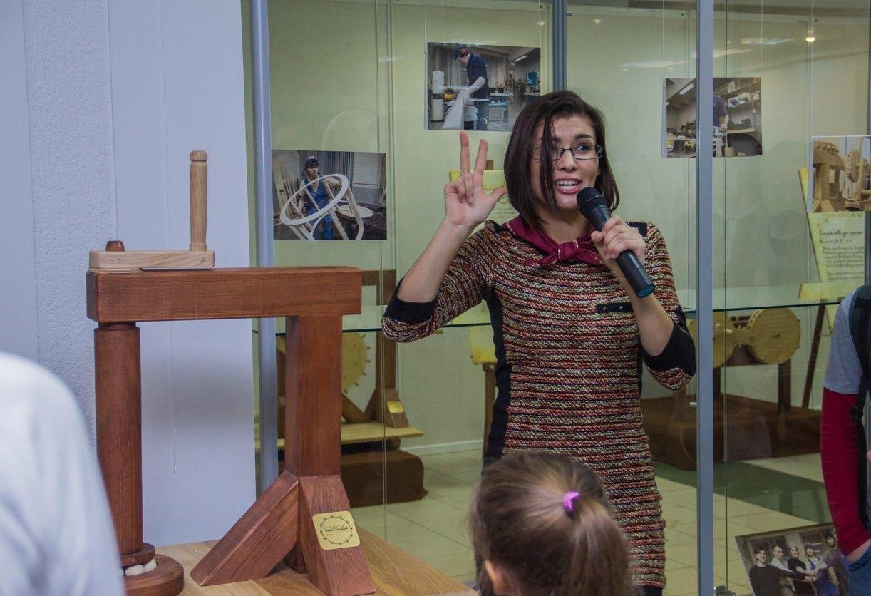 Куратор выставки Татьяна Рультына. Фото: vk.com/centrgalereya