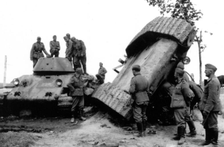 Подбитые немцами танки Т-34. Фото: waralbum.ru