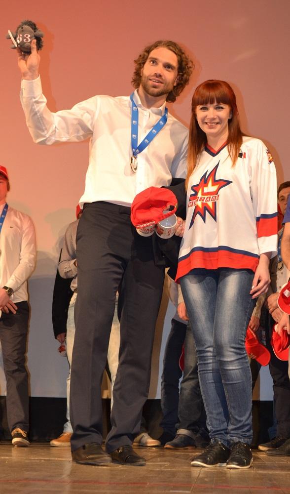 Дмитрий  Лоптев стал одним из тех игроков, кому болельщики вручили персональный приз – рукотворного колючего ежика с номером 63. Фото: Александр Поскребышев