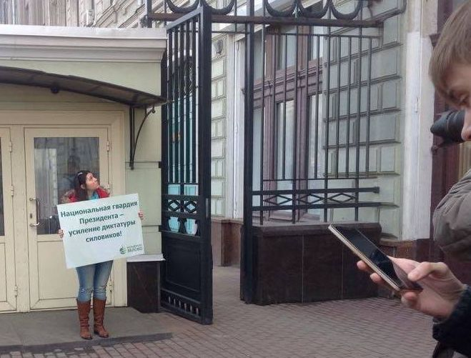 Одиночный пикет Софьи Русовой у Администрации Президента РФ. Фото: facebook