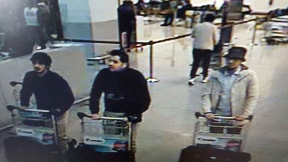 Кадр с камеры наблюдения аэропорта Брюсселя, распространенный полицией по требованию прокуратуры, на котором изображены трое подозреваемых в совершении теракта