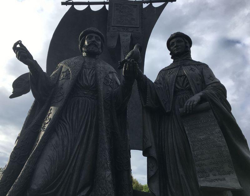 На сегодня в России на средства спонсоров установлено несколько десятков памятников святым Петру и Февронии. Фото: © «ДЕНЬ.org»