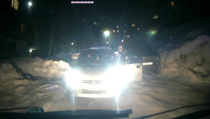Кадр видео с перегородившим скорой дорогу автомобилем в Петропавловске-Камчатском