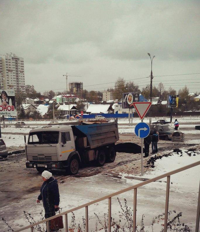 Укладка асфальта  в Ижевске на улице Ленина, возле дома № 114. Фото: facebook.com (Александр Сушко)