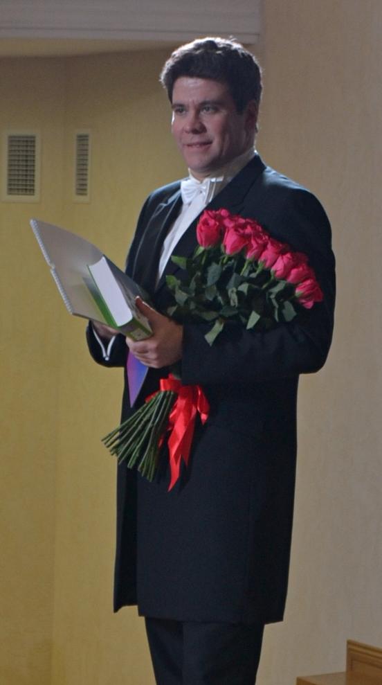 Букеты цветов очень к лицу Денису Мацуеву, как и каждому хорошему музыканту. Фото: Александр Поскребышев