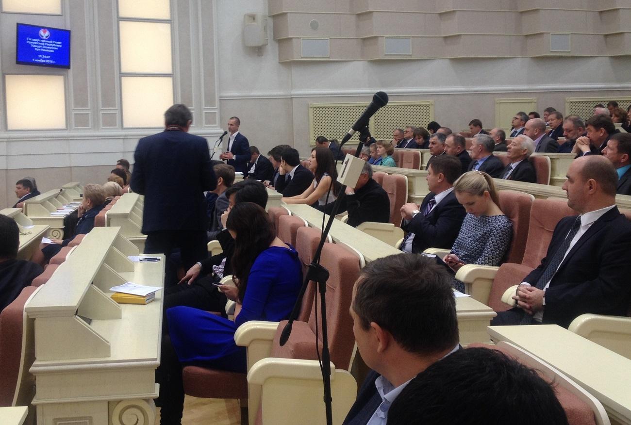 Чемпионом по числу вопросов от имени общественности стал депутат Госсовета Фарид Юнусов. Фото: © «ДЕНЬ.org»