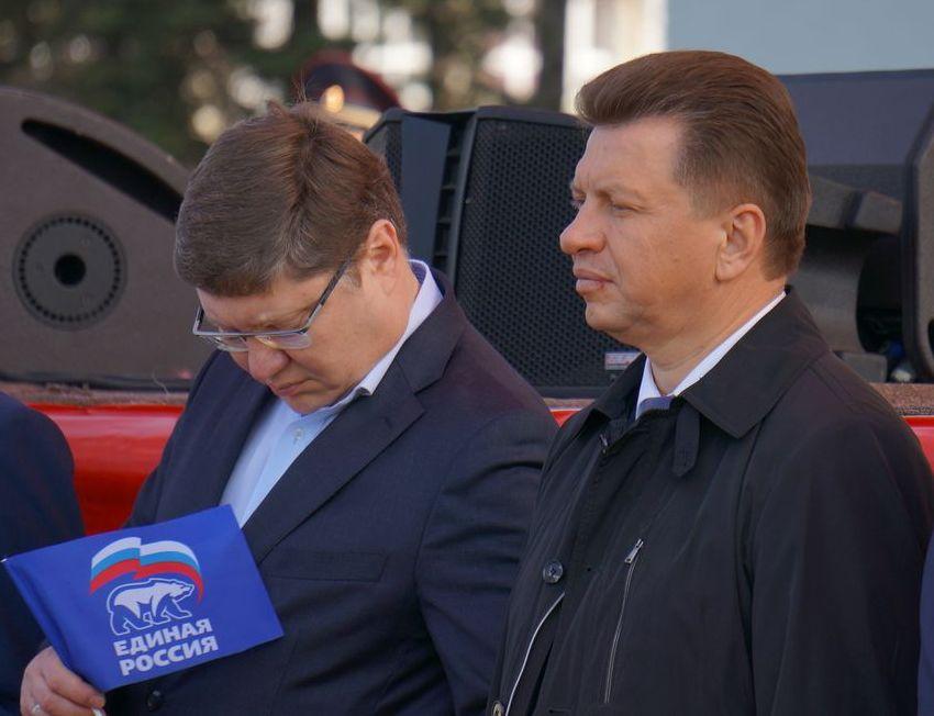 Депутат Госдумы Андрей Исаев и премьер Виктор Савельев. Фото: ©«ДЕНЬ.org»