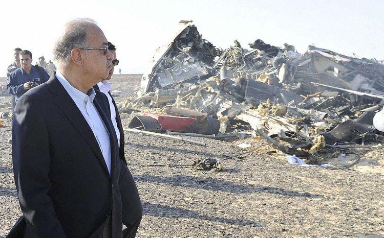 Фото: wikipedia.org. Премьер-министр Египта Шериф Исмаил на месте катастрофы