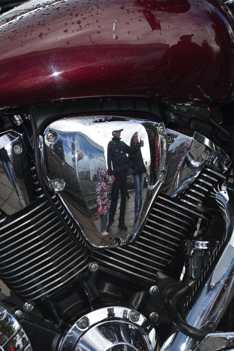 Хромированные цилиндры и картеры, несмотря на капли дождя, могут служить удобным объективным зеркалом. Фото: Александр Поскребышев