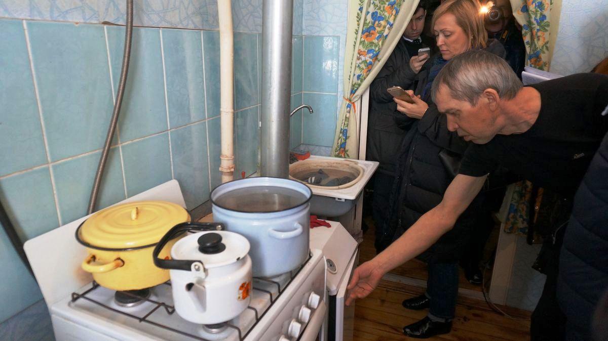 Люди стирают в раковине и греют воду в кастрюлях. Фото: © «ДЕНЬ.org»