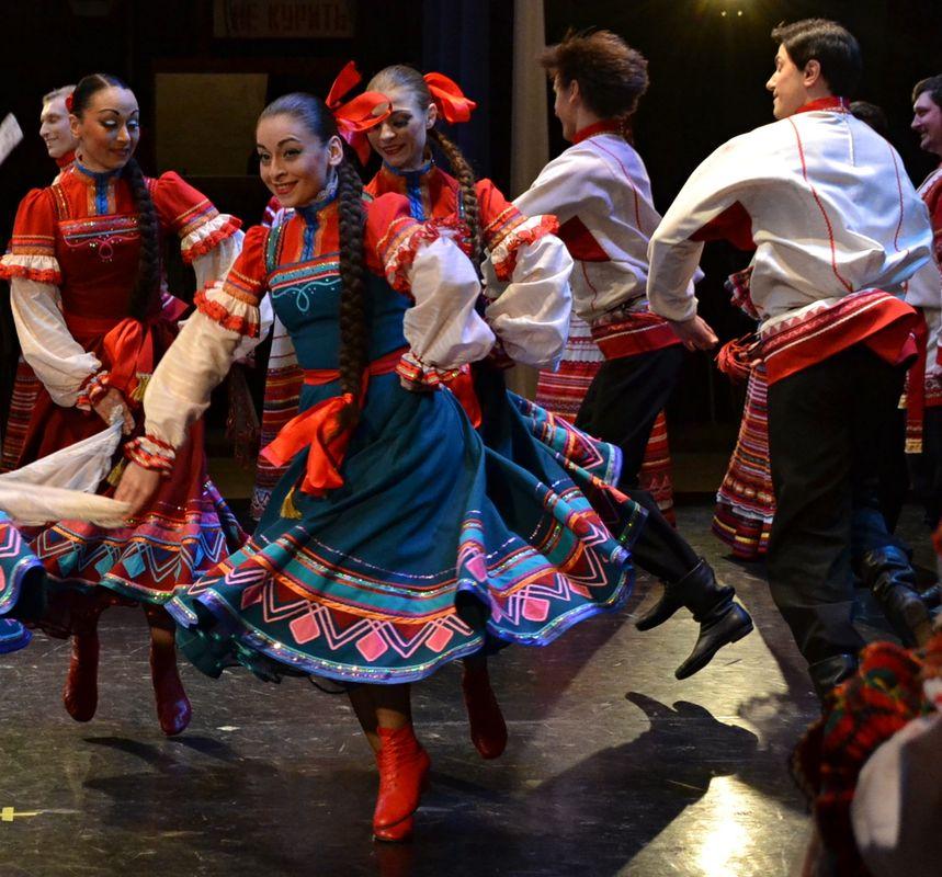 Рязанские барышни и танцевать горазды, и взглядом сразят любого. Фото: Александр Поскребышев
