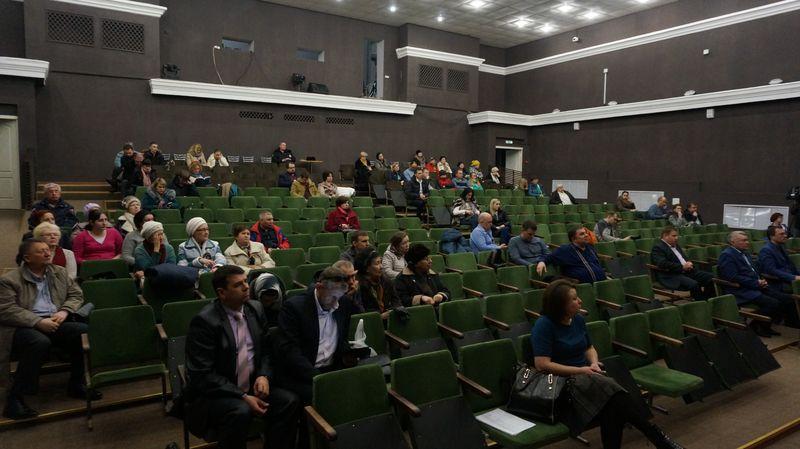 На слушания зарегистрировался всего 61 участник. Фото: © «ДЕНЬ.org»