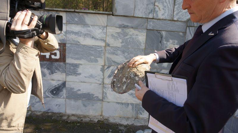 Словно насмешка — на памятнике солдатам, умершим от ран, образовался скол, как вырванное сердце. Отколовшийся кусок пытались прибить обратно гвоздями, когда не получилось — просто замазали цементом. Фото: © «ДЕНЬ.org»