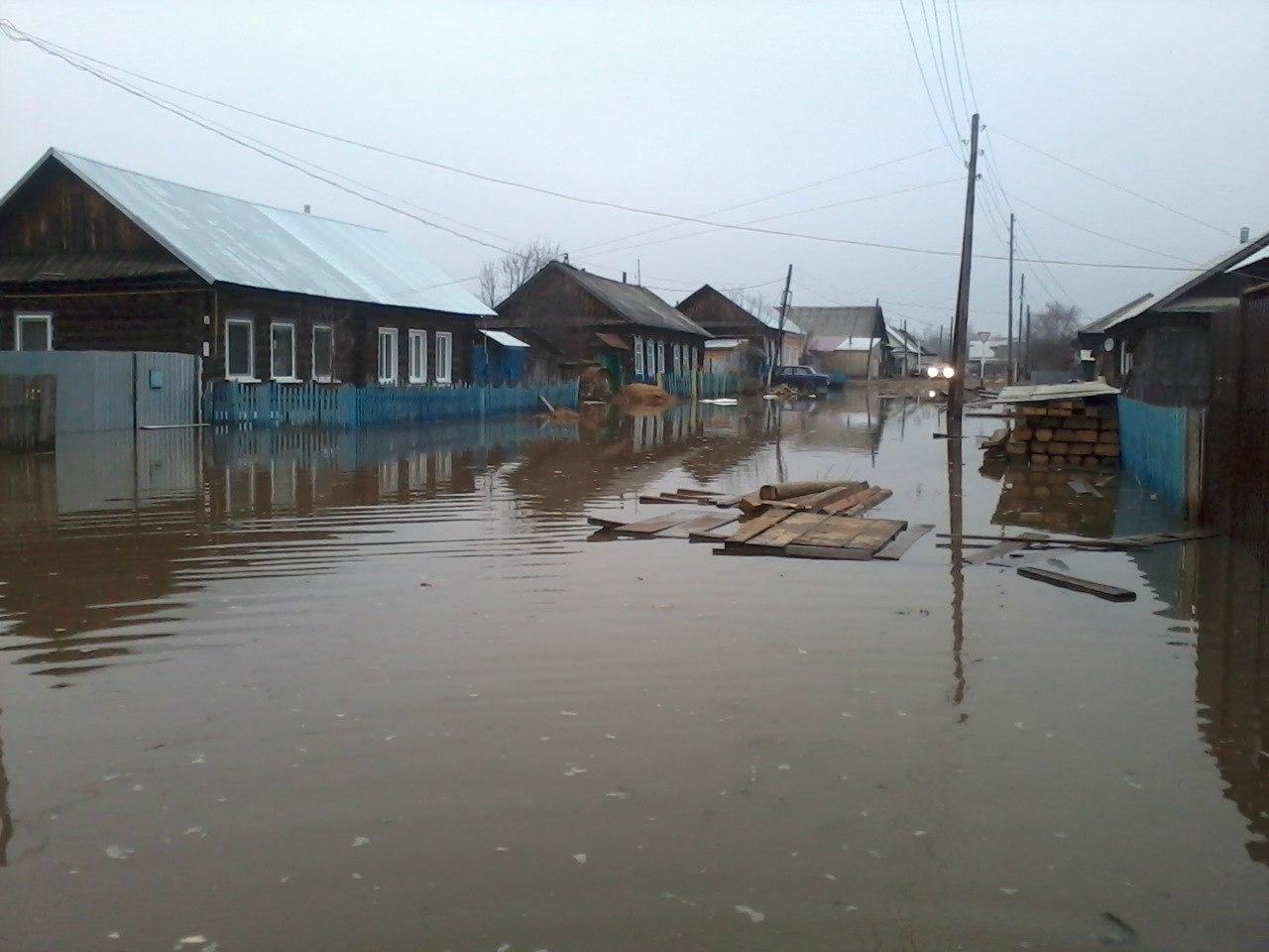 Потоп накрыл несколько населенных улиц в центральной части поселка Кизнер в Удмуртии. Жителям пришлось срочно переходить на водный транспорт... Читать далее...
