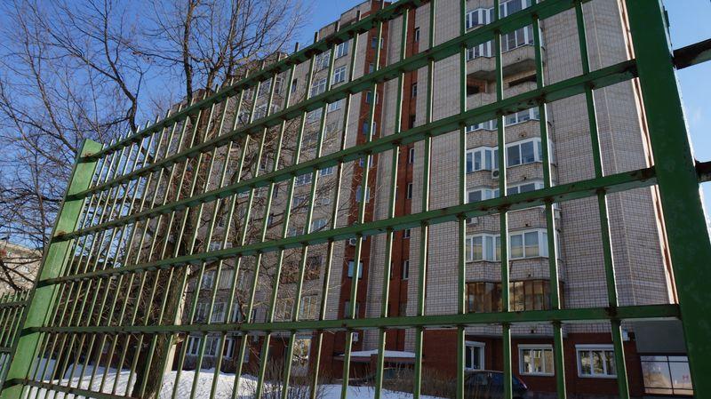 Дом на Карла Маркса, 440 -  в тройном кольце ограждений. Фото: © «ДЕНЬ.org»