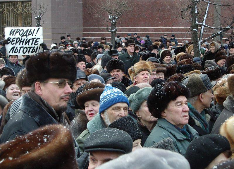 Леонид Кондаков в эпицентре митинга протеста в Ижевске. 12 января 2005 года. Фото из архива ©газета «День»