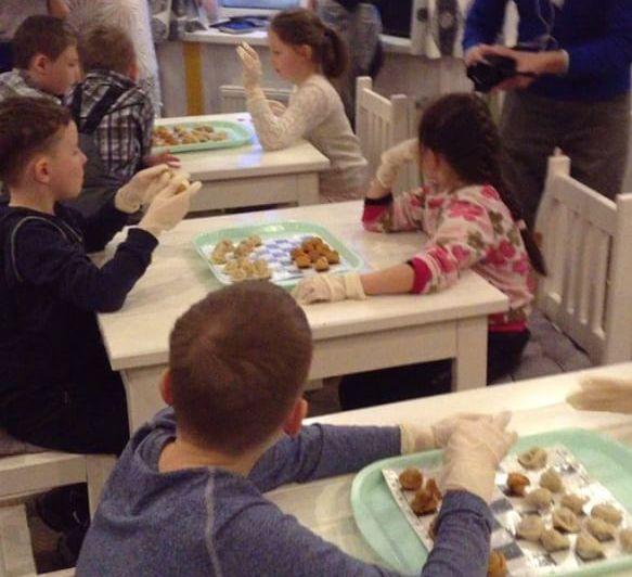 Тот самый детский турнир по шашкам из настоящих пельменей. Фото: vk.com/hot_pelmen18