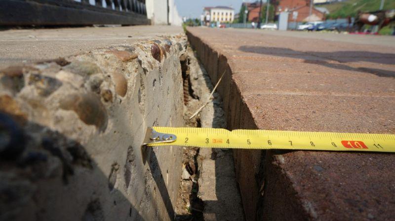 Плиты с ограждением отходят от брусчатки набережной Ижевского пруда со скоростью 1 см в год. Фото: «ДЕНЬ.org»
