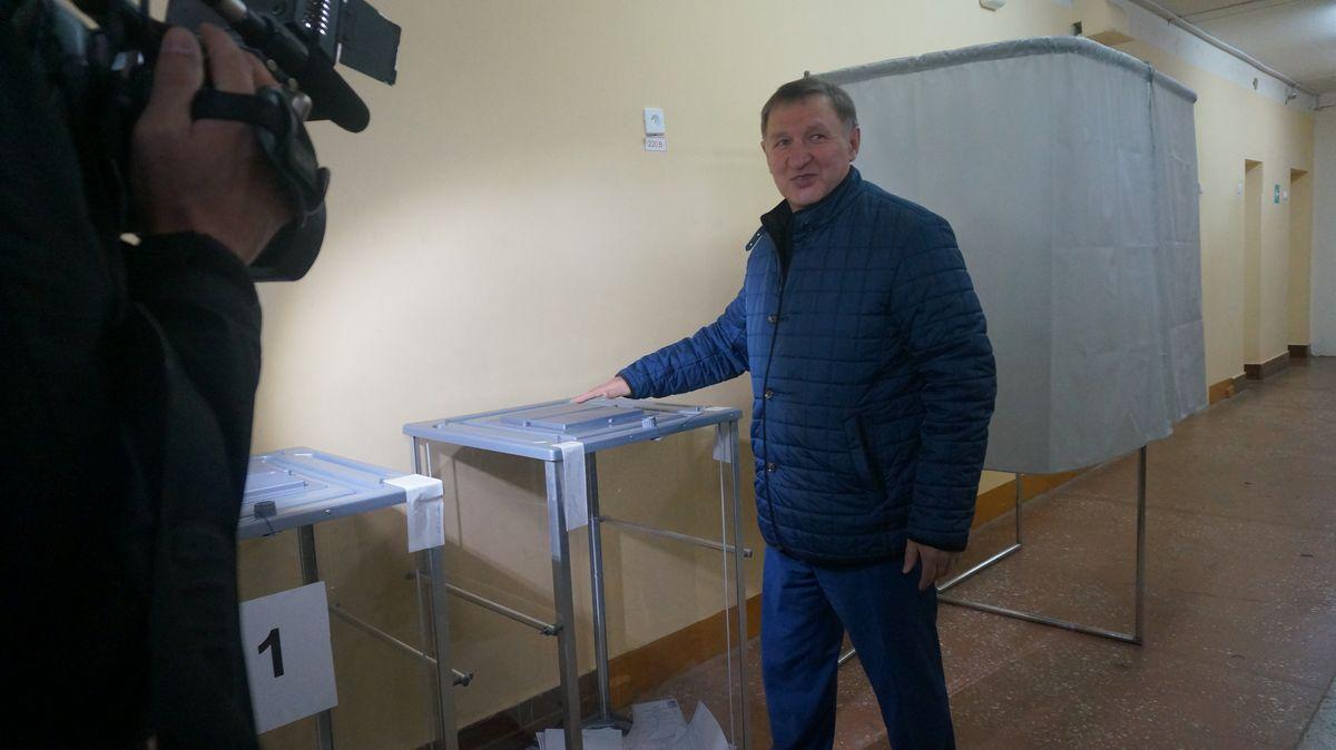 Владимир Невоструев голосовал в 10 часов в школе № 93 — Индустриальный округ. Фото: © «ДЕНЬ.org»